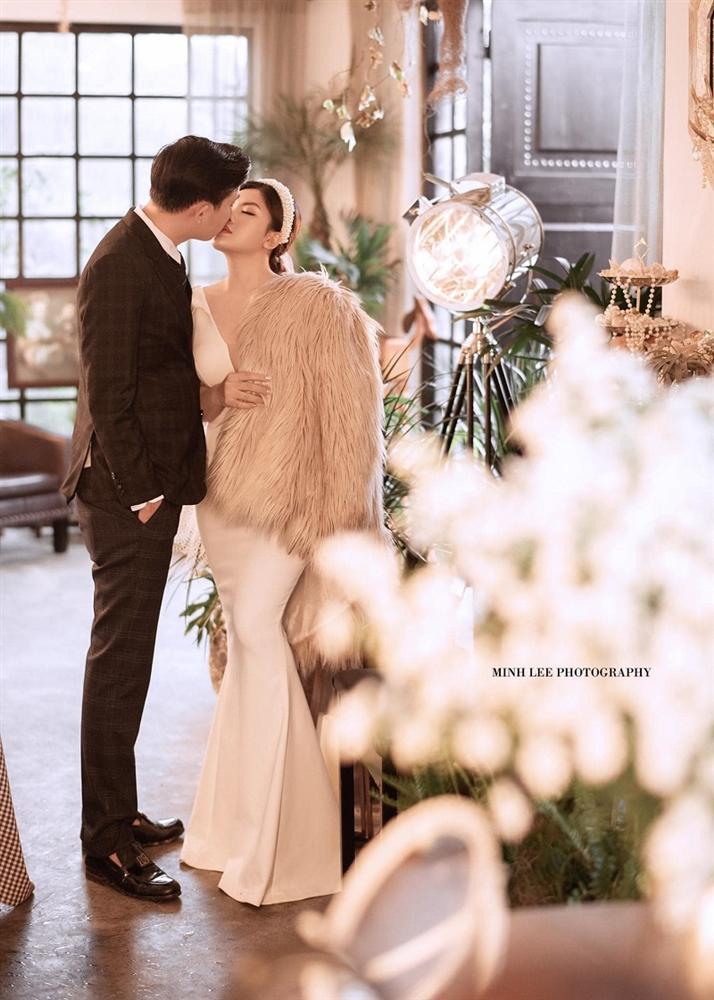 Lễ vu quy cô dâu đeo kiềng vàng nặng trĩu cổ, nhẫn kín 2 bàn tay, còn cầm thêm 4 cọc tiền gây choáng-4