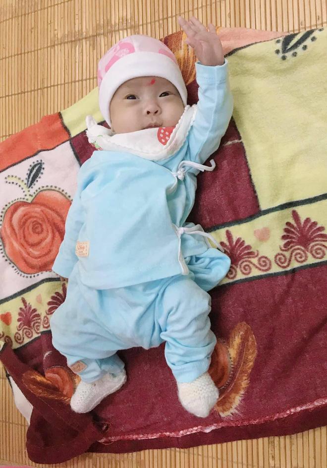 Hành trình kỳ diệu nuôi sống bé sinh non nhẹ cân nhất Việt Nam, từ 480gr lên 2,1kg-2