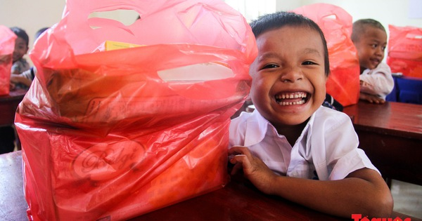 Báo điện tử Tổ Quốc tặng quà cho học sinh vùng lũ Đakrông, Quảng Trị