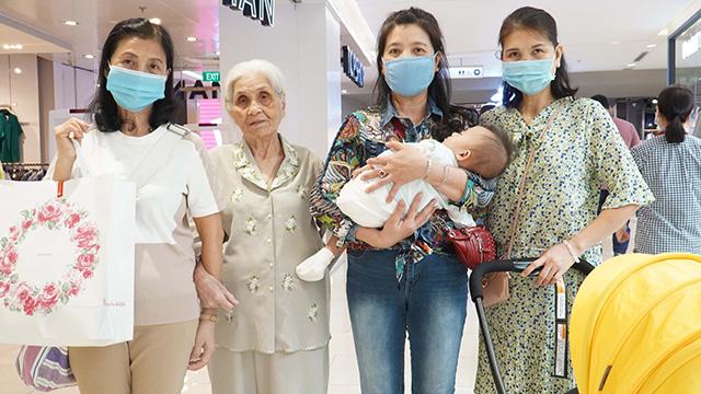 Cụ bà 80 tuổi cùng các con gái 'săn' hàng dịp Black Friday