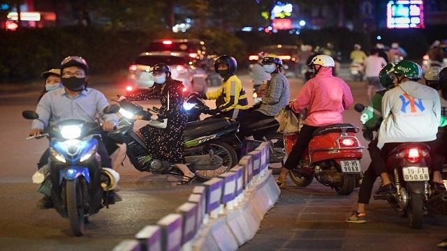 Xe máy đi ngược chiều ở Ngã Tư Sở, thêm ùn tắc và nguy cơ gây tai nạn