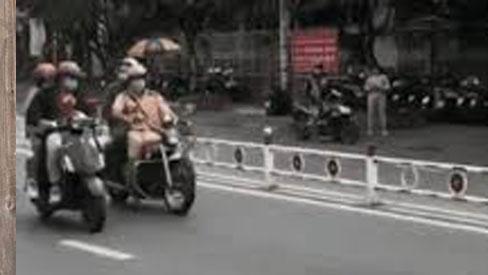 CLIP: Bẻ lái cực gắt chạy trốn CSGT, nam thanh niên đèo bạn gái phải nhận cái kết bẽ bàng