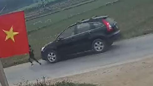 Clip: Kinh hãi khoảnh khắc bé trai mải chơi chạy băng qua đường, đúng lúc chiếc ô tô chồm tới với tốc độ cao