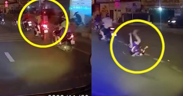 Người cha rồ ga phóng xe khiến con trai ngã văng xuống đất, cảnh tượng sau đó khiến ai cũng