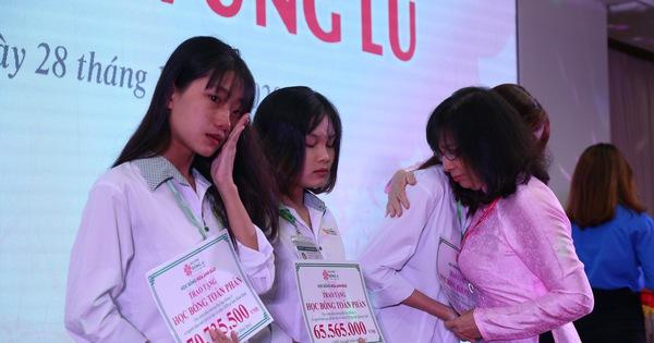 Sinh viên vùng bão lũ bật khóc khi nhận hỗ trợ trong lễ khai giảng năm học mới