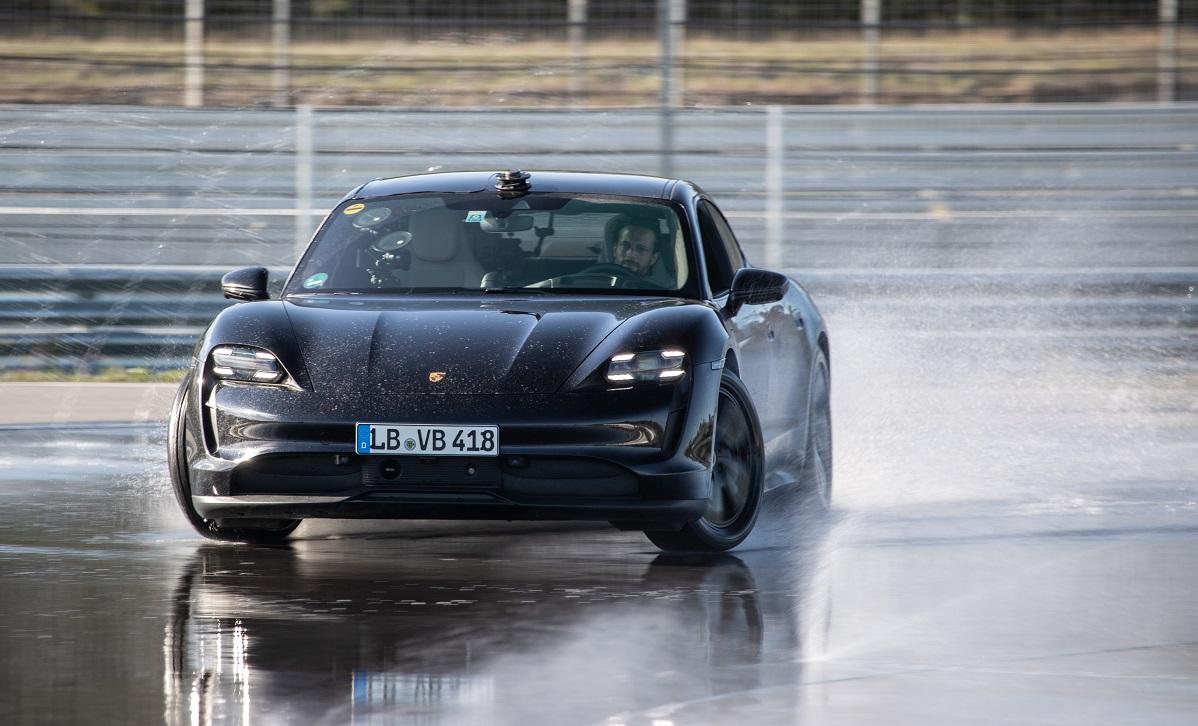 Porsche Taycan lập Kỷ kục Guinness về quãng đường drift dài nhất