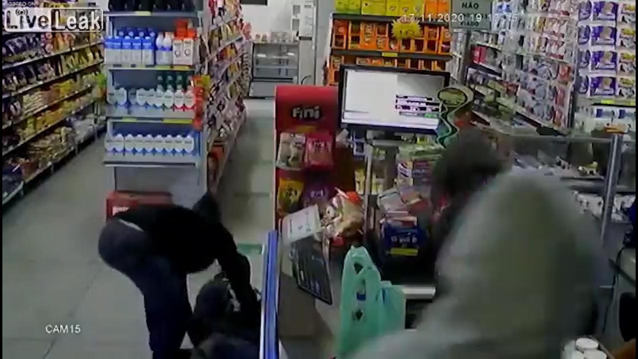 Bốn tên cướp sốc vì đụng độ