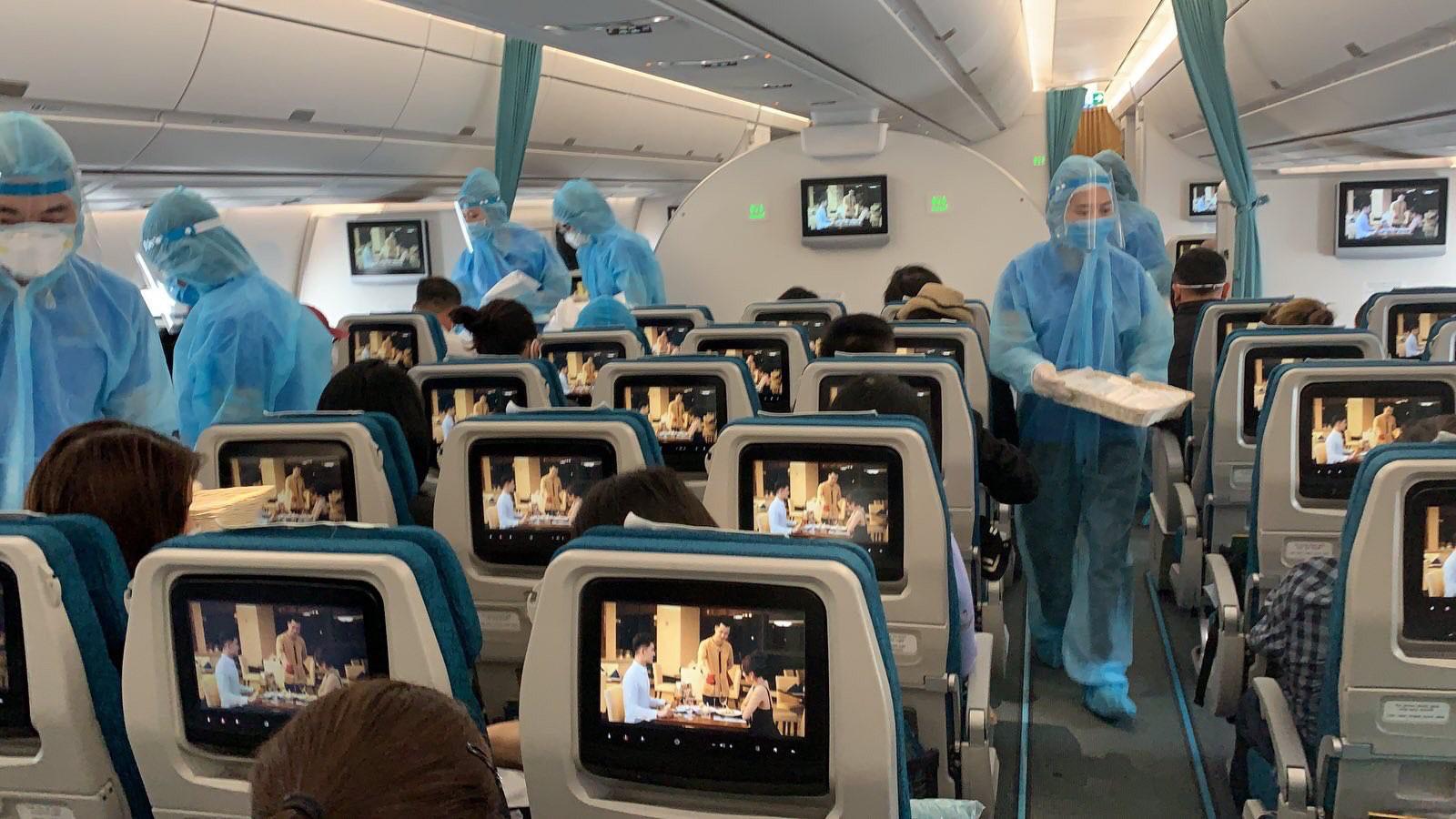 Vì sao nam tiếp viên Vietnam Airlines chỉ cách ly 4 ngày trước khi được công bố là BN1342 mắc Covid-19?-1