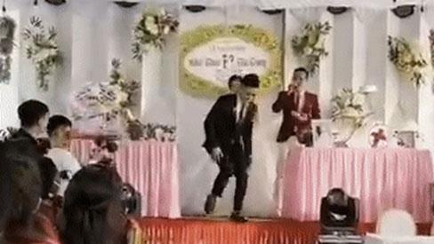 Tới lúc trao nhẫn thì chú rể bất ngờ bỏ chạy khỏi đám cưới, sự xuất hiện của 1 cô gái mới tiết lộ lý do hài hước phía sau