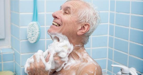 BS nêu 6 lưu ý để tránh tử vong khi tắm vào mùa đông: Người bị tim mạch, huyết áp nên thận trọng