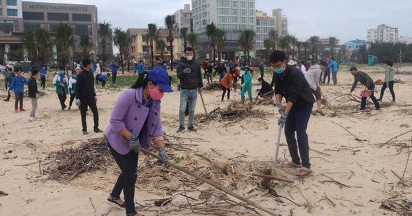 Quảng Bình: Ra quân làm vệ sinh môi trường sau lũ