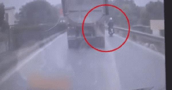 Ô tô tải cuốn 2 người đi xe máy vào gầm sau pha cố vượt đầy cẩu thả - khoảnh khắc gây phẫn nộ