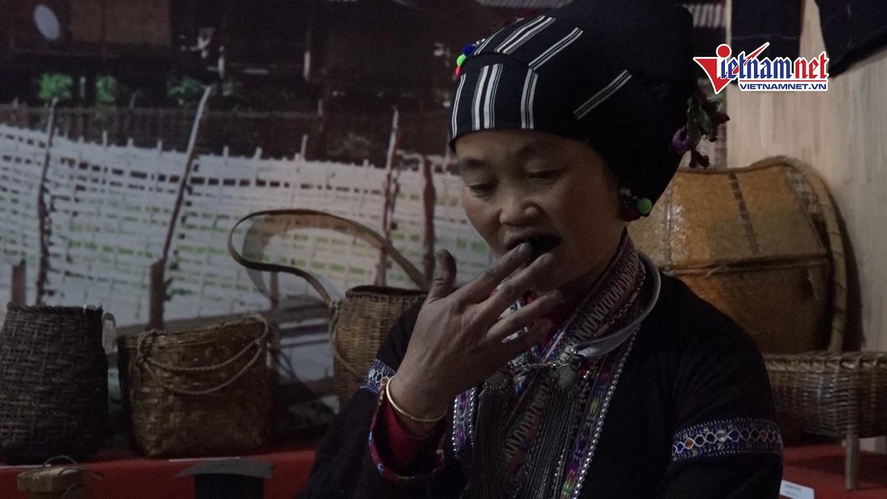 Độc đáo tục nhuộm răng đen của phụ nữ dân tộc Lự ở Lai Châu