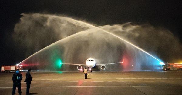 Tàu bay của Vietravel Airlines lần đầu tiên hạ cánh tại sân bay Phú Bài