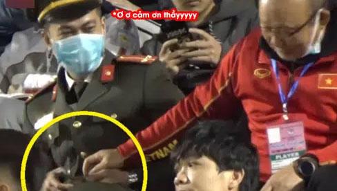 Camera ghi trọn khoảnh khắc cực đáng yêu của HLV Park Hang Seo: Dấm dúi cho cán bộ công an nửa chiếc kẹo socola