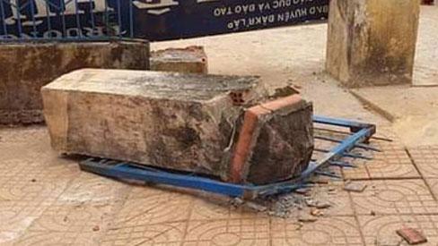 Thương tâm: Cổng trường đổ sập đè chết một học sinh lớp 4