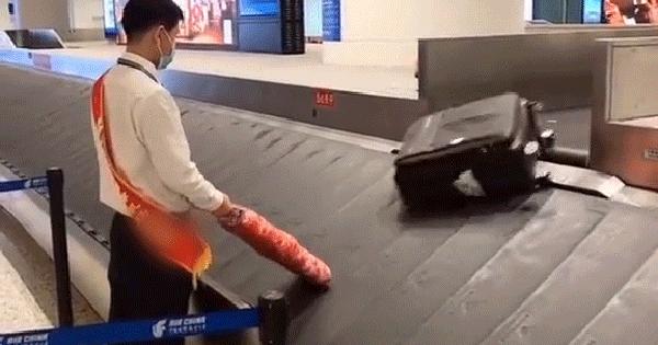 Thì ra đây là cách hành lý của chúng ta được lấy từ trên máy bay xuống băng chuyền, dân mạng xem xong lại thắc mắc