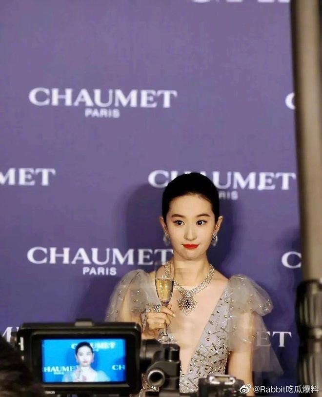 Dở khóc dở cười chuyện fan Lưu Diệc Phi đăng ảnh đáp trả netizen chê tăng cân, ai ngờ bị tố nhan sắc vì chi tiết siêu nhỏ-3