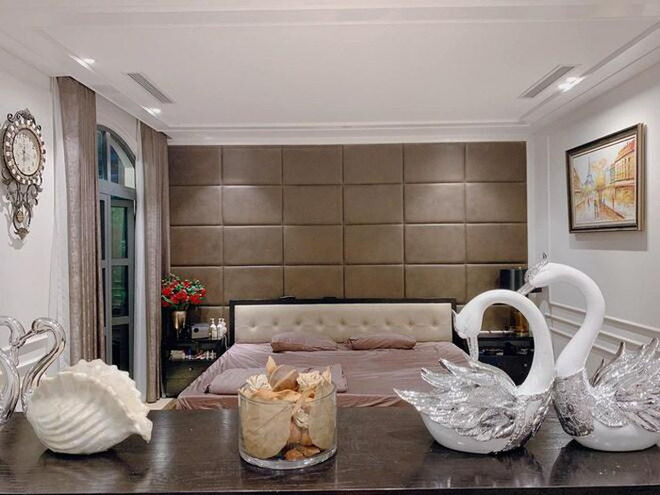 Biệt thự triệu đô của Tuấn Hưng: Thiết kế đậm chất châu Âu, sang chảnh từ phòng khách tới tận ban công-3