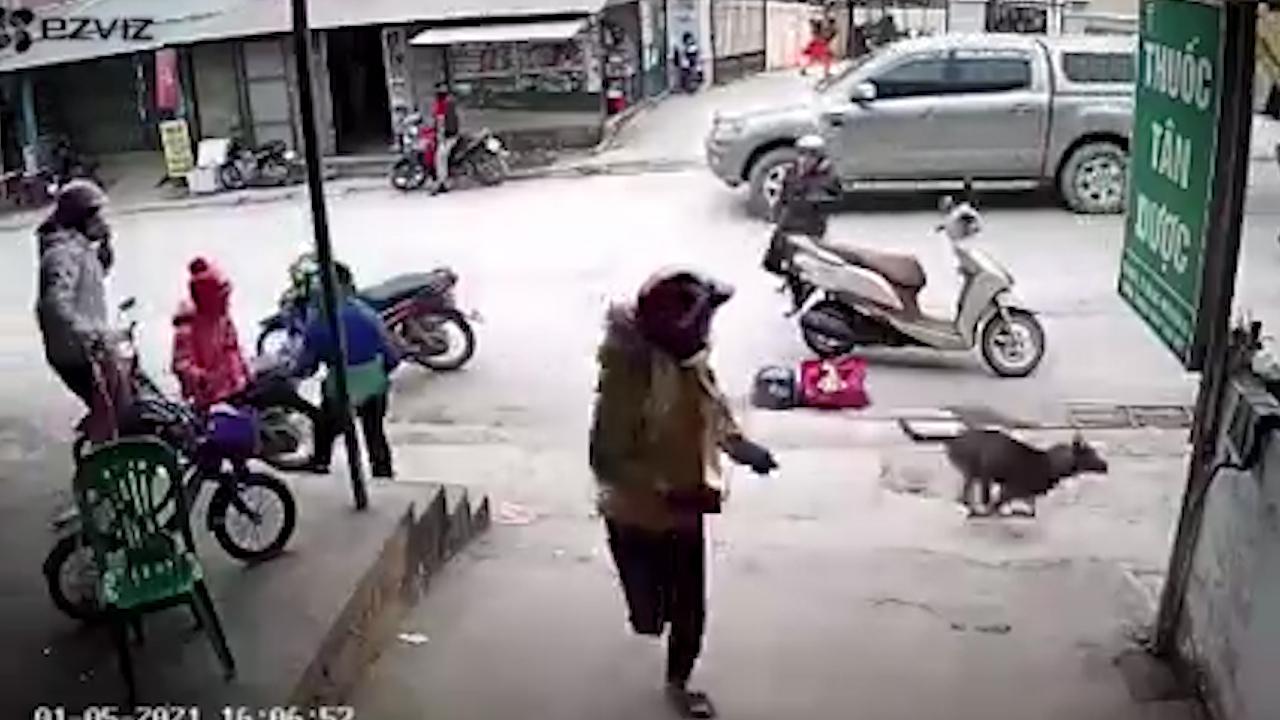 Khoảnh khắc xe ben trôi dốc khiến người dân hoảng sợ bỏ chạy