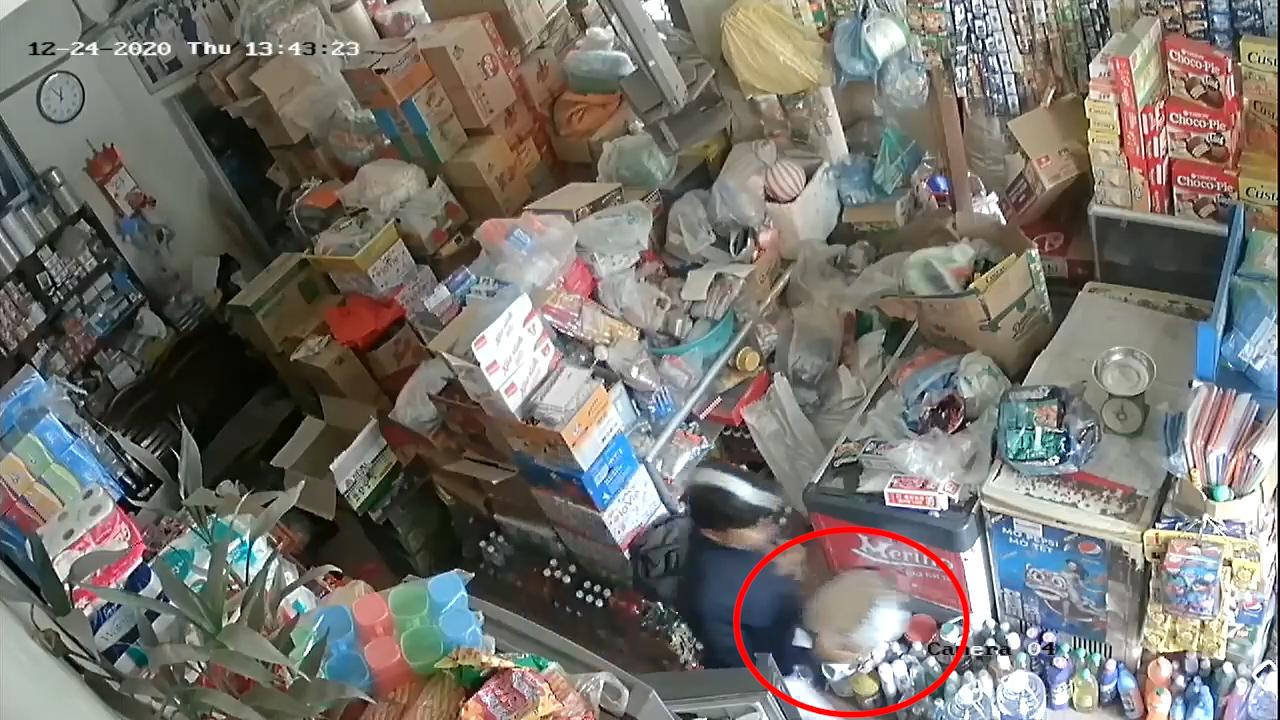 Vờ mua hàng, người đàn ông nhanh tay lấy trộm hộp đựng thẻ cào và 40 triệu