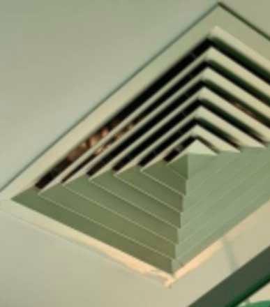 Nằm viện nhiều ngày, người phụ nữ kinh hồn bạt vía khi đôi mắt bí ẩn nhìn mình qua ống thông gió trên trần nhà, càng nhìn càng thấy rùng rợn-2