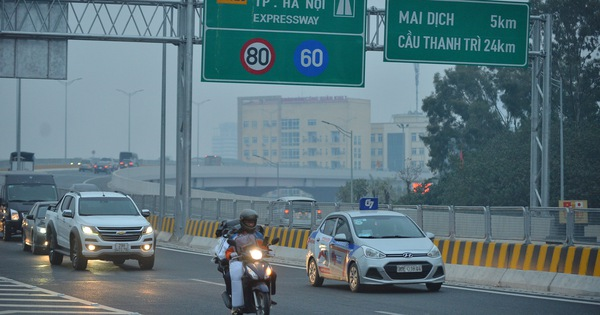 Hàng trăm xe máy bất chấp biển cấm, ngang nhiên lưu thông tại tuyến đường trên cao đẹp nhất Hà Nội