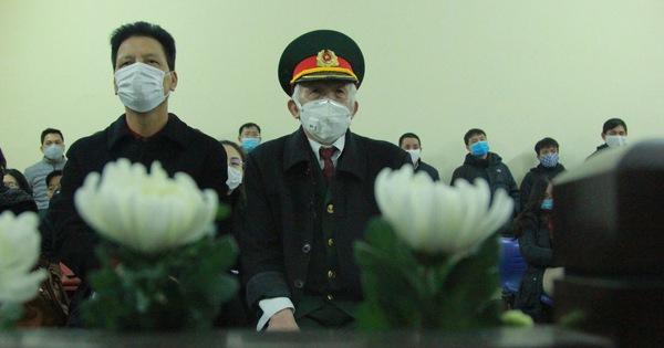 Xét xử vụ xe rác cán tử vong nam sinh ở Hà Nội: Ông nội nạn nhân mang hoa trắng đến tòa mong công lý được thực thi