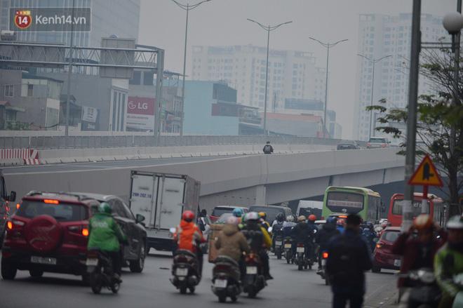 Hàng trăm xe máy bất chấp biển cấm, ngang nhiên lưu thông tại tuyến đường trên cao đẹp nhất Hà Nội-2