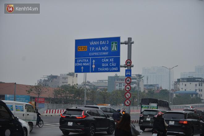 Hàng trăm xe máy bất chấp biển cấm, ngang nhiên lưu thông tại tuyến đường trên cao đẹp nhất Hà Nội-1