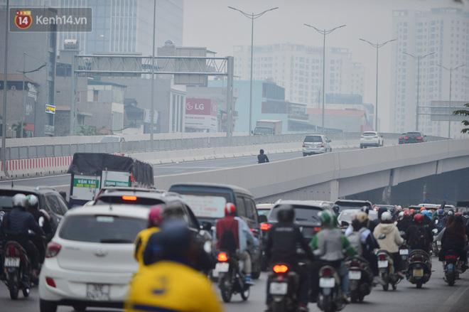 Hàng trăm xe máy bất chấp biển cấm, ngang nhiên lưu thông tại tuyến đường trên cao đẹp nhất Hà Nội-3