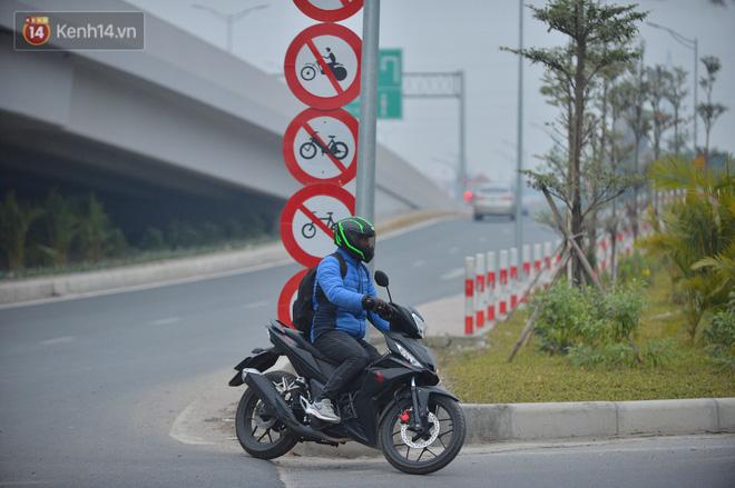 Hàng trăm xe máy bất chấp biển cấm, ngang nhiên lưu thông tại tuyến đường trên cao đẹp nhất Hà Nội-17
