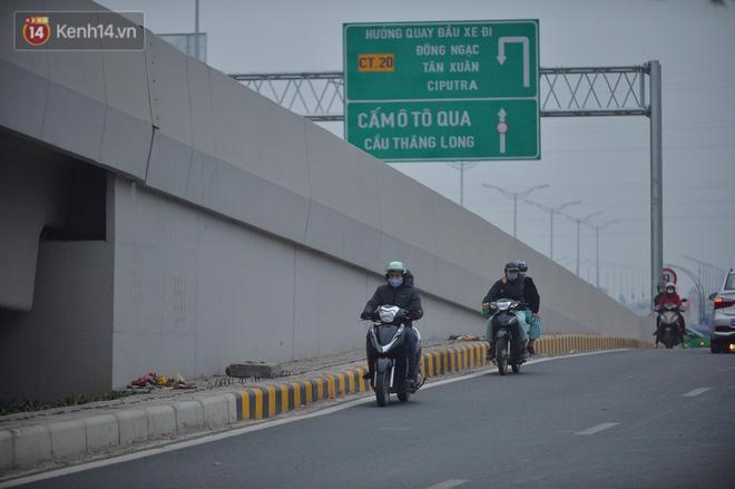 Hàng trăm xe máy bất chấp biển cấm, ngang nhiên lưu thông tại tuyến đường trên cao đẹp nhất Hà Nội-4