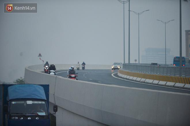Hàng trăm xe máy bất chấp biển cấm, ngang nhiên lưu thông tại tuyến đường trên cao đẹp nhất Hà Nội-5