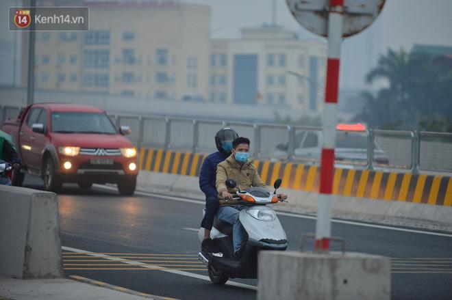 Hàng trăm xe máy bất chấp biển cấm, ngang nhiên lưu thông tại tuyến đường trên cao đẹp nhất Hà Nội-13