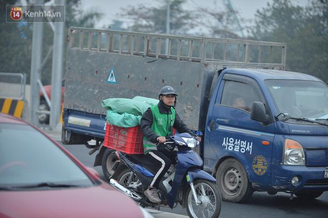 Hàng trăm xe máy bất chấp biển cấm, ngang nhiên lưu thông tại tuyến đường trên cao đẹp nhất Hà Nội-11
