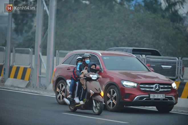Hàng trăm xe máy bất chấp biển cấm, ngang nhiên lưu thông tại tuyến đường trên cao đẹp nhất Hà Nội-10