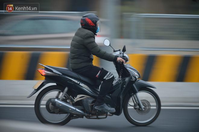 Hàng trăm xe máy bất chấp biển cấm, ngang nhiên lưu thông tại tuyến đường trên cao đẹp nhất Hà Nội-15