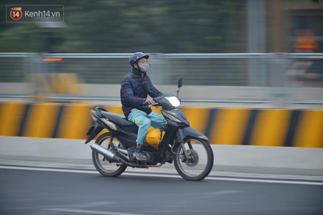 Hàng trăm xe máy bất chấp biển cấm, ngang nhiên lưu thông tại tuyến đường trên cao đẹp nhất Hà Nội-16