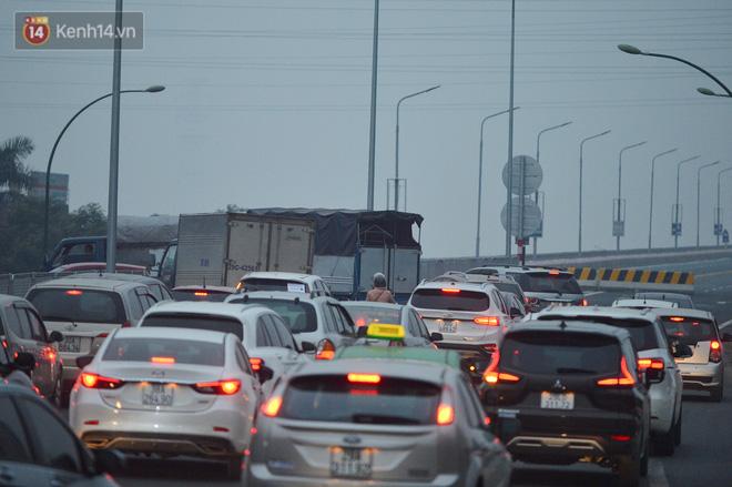 Hàng trăm xe máy bất chấp biển cấm, ngang nhiên lưu thông tại tuyến đường trên cao đẹp nhất Hà Nội-12