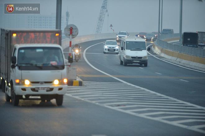 Hàng trăm xe máy bất chấp biển cấm, ngang nhiên lưu thông tại tuyến đường trên cao đẹp nhất Hà Nội-19