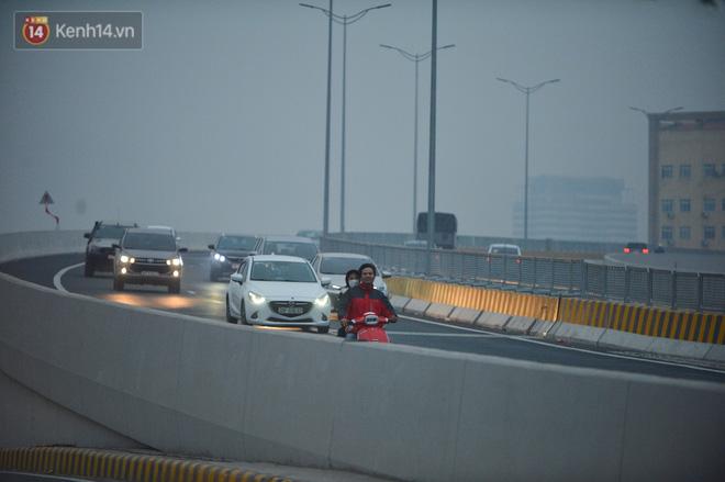 Hàng trăm xe máy bất chấp biển cấm, ngang nhiên lưu thông tại tuyến đường trên cao đẹp nhất Hà Nội-9