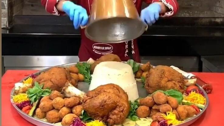 Đĩa cơm khổng lồ ăn kèm đùi gà, cừu