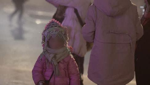 Trẻ em ở Sa Pa bị đẩy ra đường bán hàng cho du khách dưới thời tiết 0 độ C