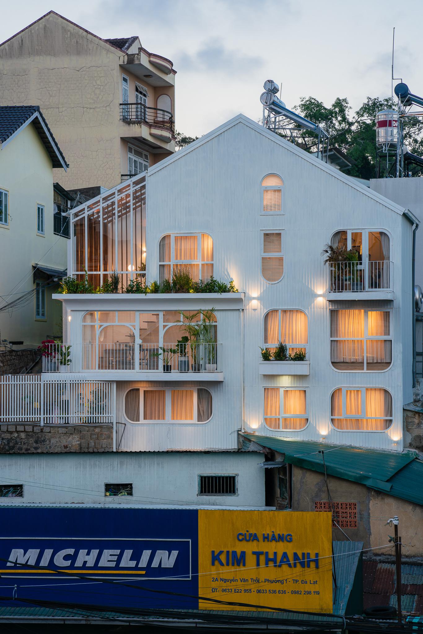 Lên Đà Lạt, cặp vợ chồng Sài Gòn xây ngôi nhà trắng tinh khôi theo phong cách nắng xuyên qua kẽ lá-1