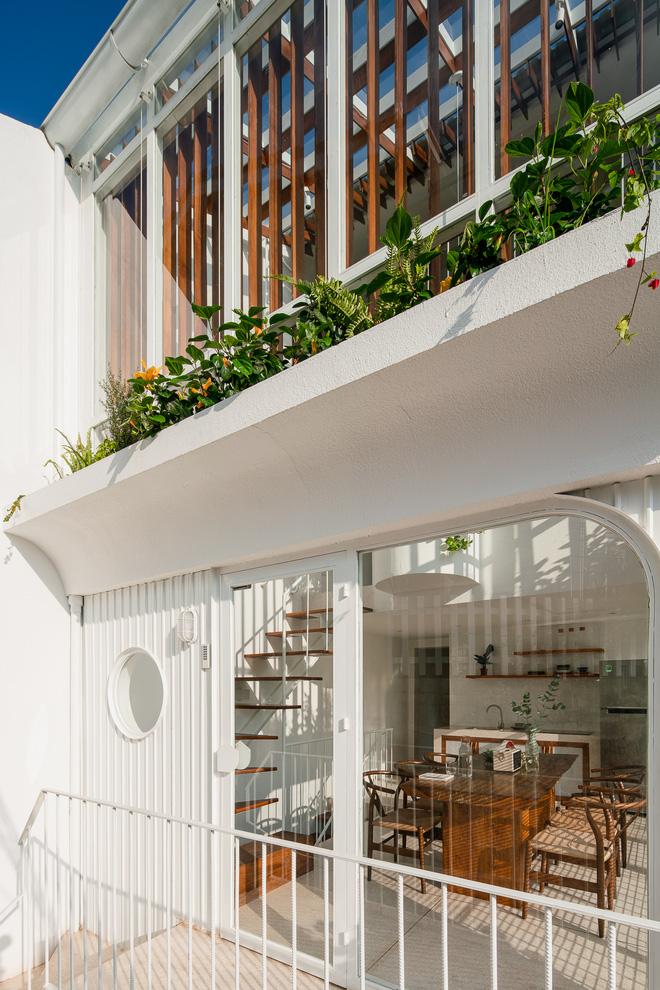 Lên Đà Lạt, cặp vợ chồng Sài Gòn xây ngôi nhà trắng tinh khôi theo phong cách nắng xuyên qua kẽ lá-5