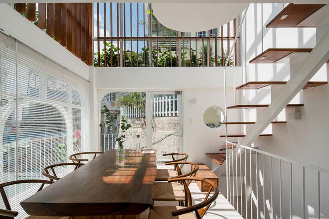 Lên Đà Lạt, cặp vợ chồng Sài Gòn xây ngôi nhà trắng tinh khôi theo phong cách nắng xuyên qua kẽ lá-3