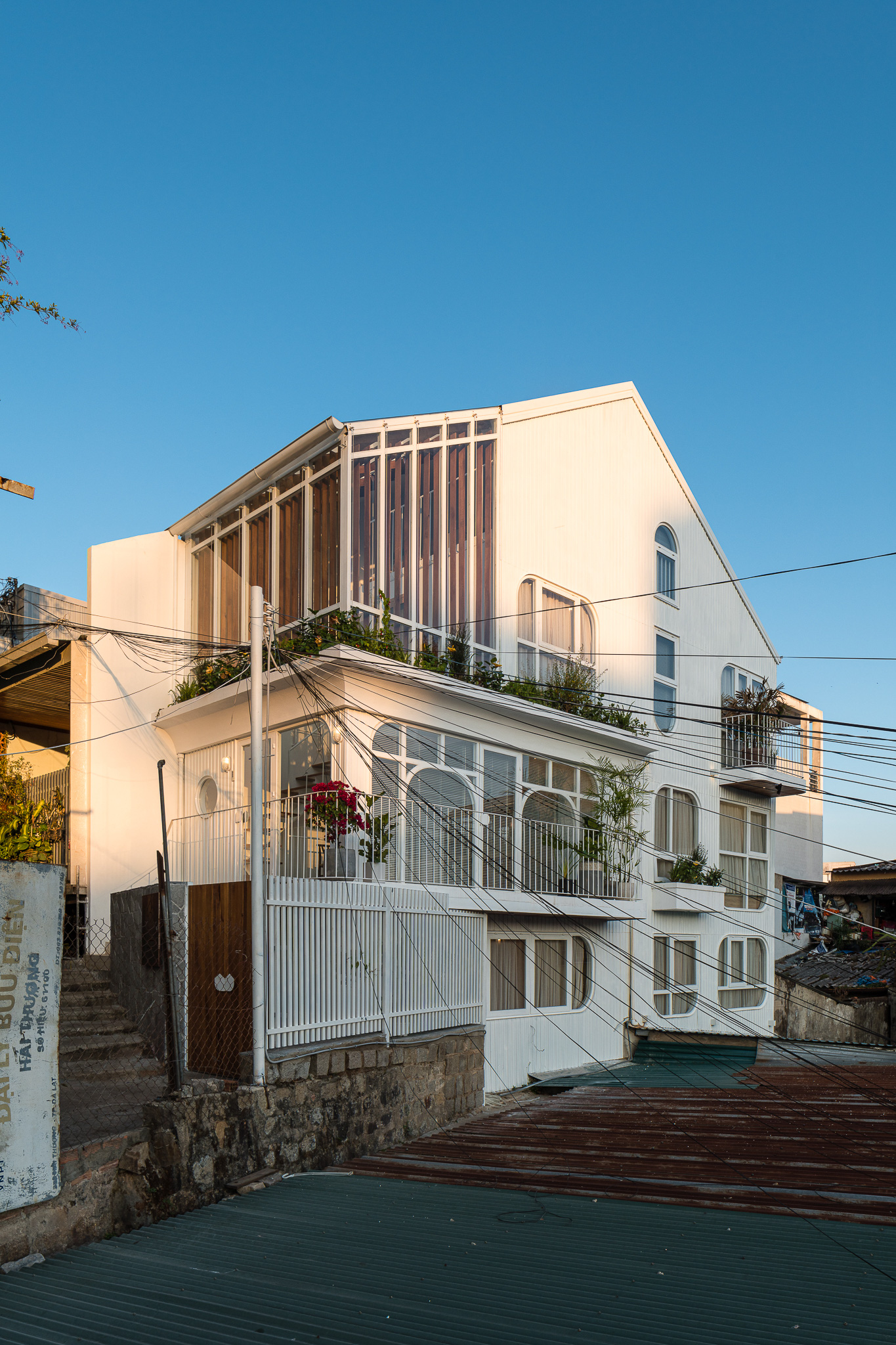 Lên Đà Lạt, cặp vợ chồng Sài Gòn xây ngôi nhà trắng tinh khôi theo phong cách nắng xuyên qua kẽ lá-2