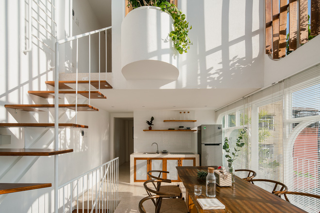Lên Đà Lạt, cặp vợ chồng Sài Gòn xây ngôi nhà trắng tinh khôi theo phong cách nắng xuyên qua kẽ lá-4