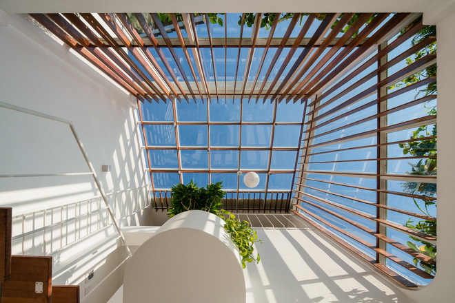 Lên Đà Lạt, cặp vợ chồng Sài Gòn xây ngôi nhà trắng tinh khôi theo phong cách nắng xuyên qua kẽ lá-7